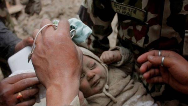 Milagro. La beba de cuatro meses es rescatada bajo los escombros. (katmanduToday.com)