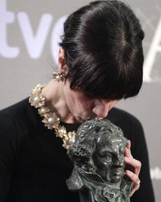 Maribel Verdú besa el Goya logrado por su interpretación en 'Blancanieves'/EFE