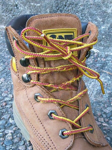 Giày leo núi với 2 loại eyelet khác nhau (xỏ và móc)