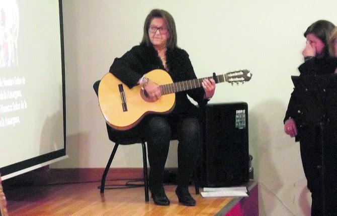 original. Isabel López Mayorga, guitarra en mano, canta a la Semana Santa de Jaén.
