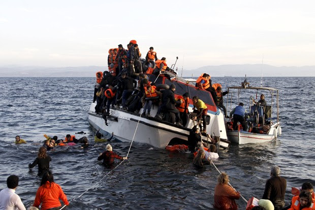 Barco ajudou sobreviventes de naufrágio a chegar à Ilha de Lesbos, na Grécia  (Foto: Giorgos Moutafis/Reuters)