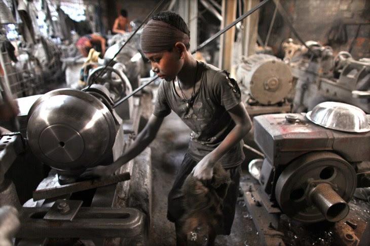 10 ετών, εργάζεται σε εργοστάσιο αλουμινίου στη Ντάκα, στο Μπανγκλαντές,
