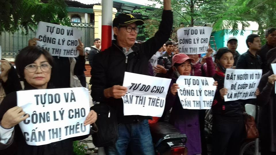 Người dân đến tham dự phiên xử phúc thẩm bà Cấn Thị Thêu nhưng không được vào Tòa án (ảnh; Facebook Nguyễn Thúy Hạnh)