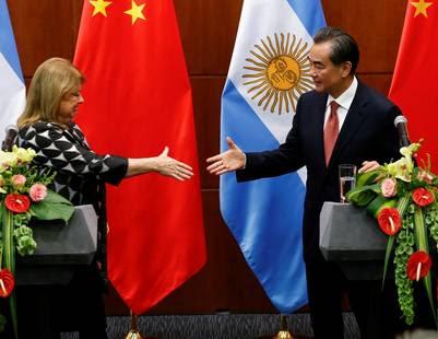 La ministra de Exteriores argentina, Susana Malcorra, con su par chino, Wang Ti, durante una rueda de prensa conjunta celebrada tras su reunión en Pekín, China, en mayo. (EFE)