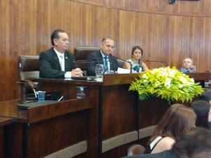 Wilson Damasceno, que aparece no centro da mesa na foto, foi eleito presidente da Câmara  (Foto: Gabriela Cardoso/ TV TEM)
