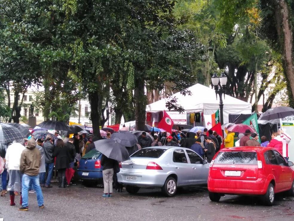 Manifestantes se encontraram com servidores públicos municipais, em frente à Câmara de Vereadores (Foto: Leandro Brito/RPC)