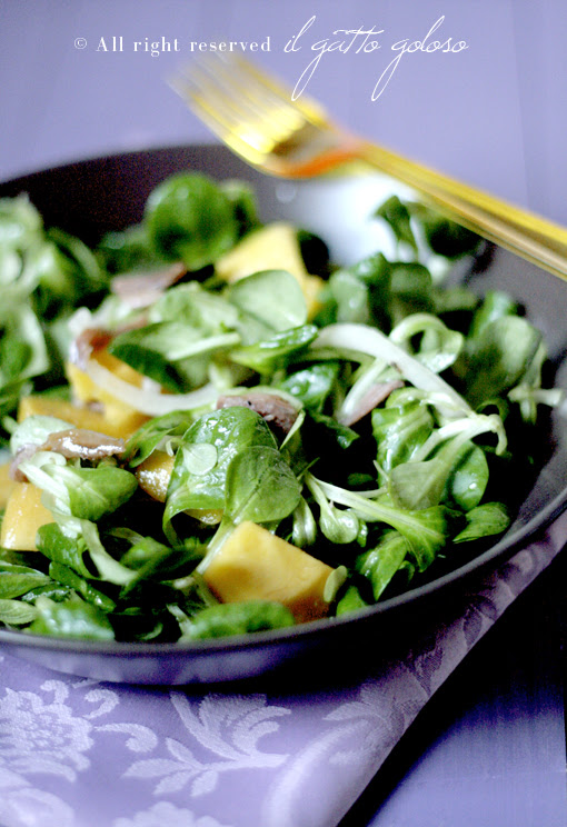 insalata di mango, cipolle e acciughe