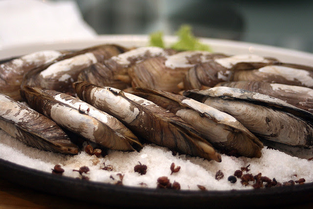 Baked Bamboo Clam on Hot Plate