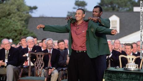 Woods se pone la chaqueta verde en 2001 con la ayuda del campeón del año anterior, Vijay Singh.