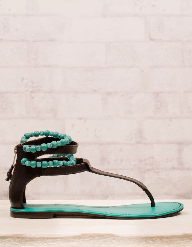 Flat sandals with bobbles