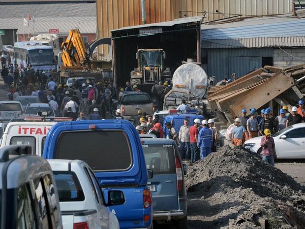 Equipes de resgate tentam tirar os trabalhadores soterrados na mina (Foto: IHA/AP)
