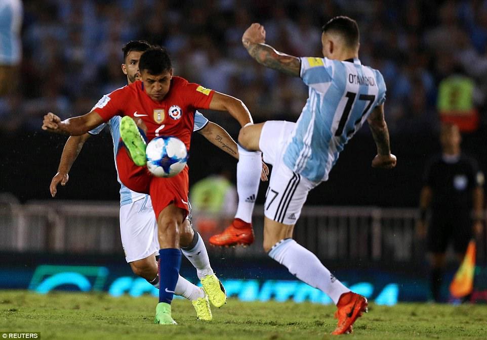 estrellas de la Premier League chocan como centro de la ciudad hacia atrás Nicolas Otamendi desafía Sánchez por la pelota en Buenos Aires