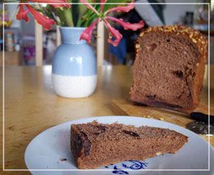 「俺のBakery&Cafe」の「チョコレートとアーモンド」。かなり黒々しいパンでした。