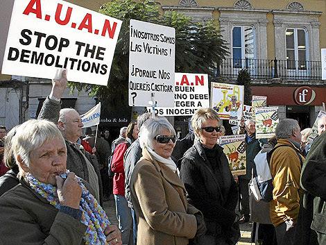 Propietarios británicos manifiestándose en Almería contra las demoliciones. | M.C.