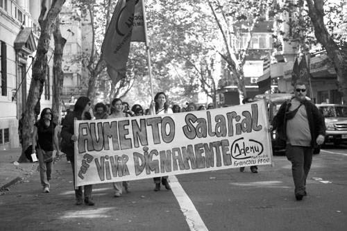 Marcha de ADEMU, ayer por la calle Colonia de Montevideo.