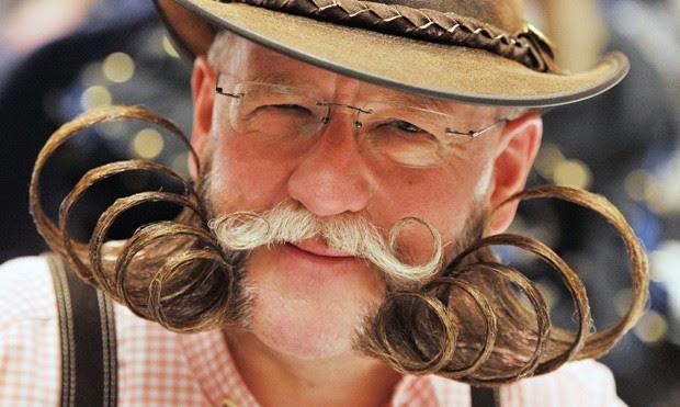 Participante Dieter Besuch exibe barba 'encaracolada' durante campeonato na Alemanha (Foto: Uli Deck/AFP)