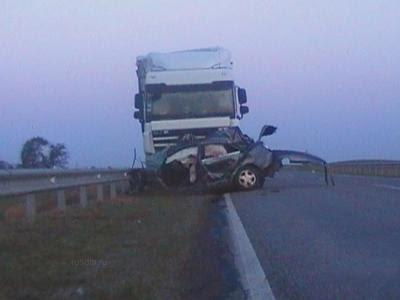 И певец, и его товарищ скончались на месте. Пассажиры грузовика не пострадали. К слову, Юрий Гуров был последнее время далек от творчества - с момента распада группы в 1993 году он занимался предпринимательством и растил двух дочерей.