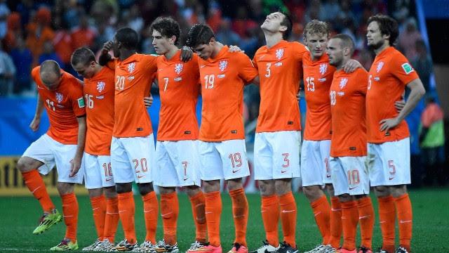 O time laranja reunido no momento da disputa de pênaltis