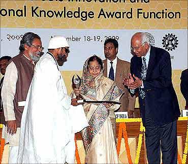 President Pratibha Patil presents the innovation award to Prakash Singh.