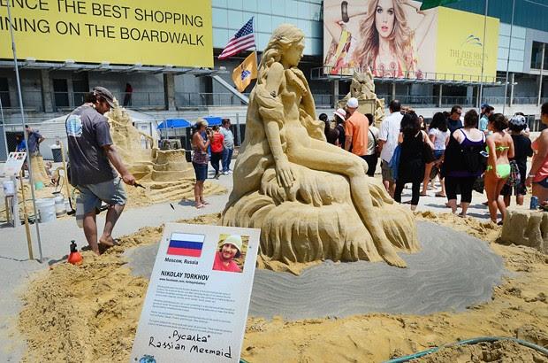 Nikoloy Torkhov, de Moscou, na Rússia, trabalha em sua obra chamada 'Rusalka', uma espécie de sereia da mitologia eslava (Foto: The Press of Atlantic City, Ben Fogletto/AP)