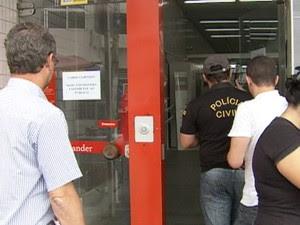 Polícia compareceu à agência bancária furtada em Belo Jardim, Pernambuco (Foto: Reprodução/ TV Asa Branca)
