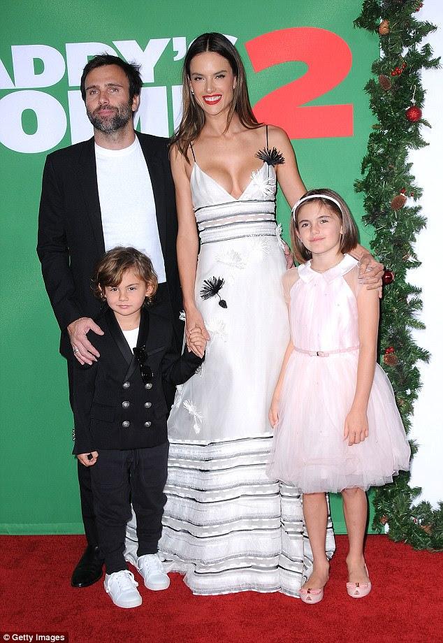 Passeio familiar: Alessandra Ambrosio e noivo Jamie Mazur acompanharam seus filhos para a estréia do Daddy's Home 2 em Los Angeles no domingo