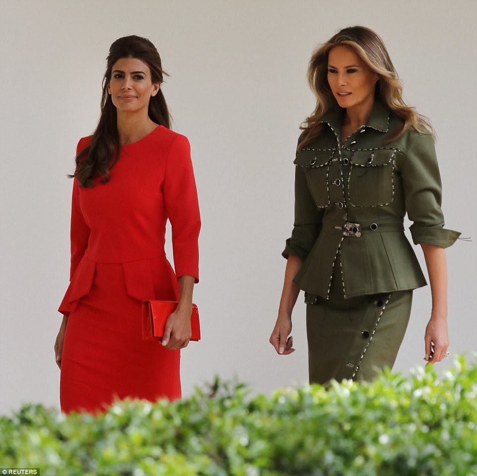 Em um ponto, tanto Juliana e Melania foram fotografados caminhando à frente de seus maridos