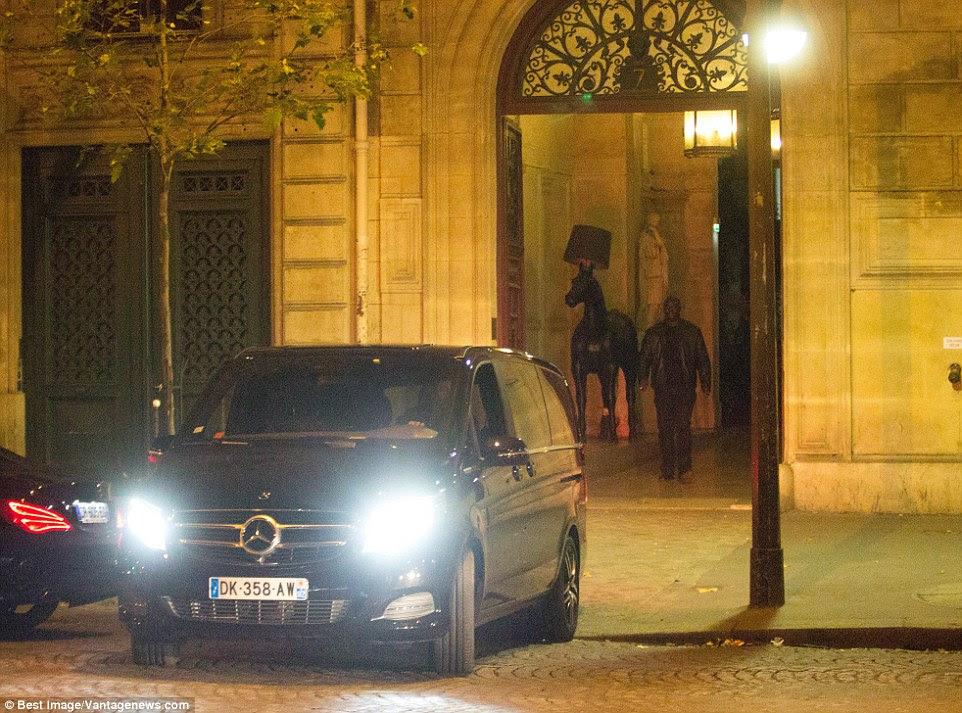 Kim Kardashian é visto deixando o apartamento em uma Mercedes preta após o ataque chocante em Paris