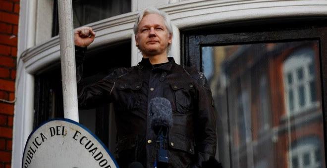 Assange, con el puño en alto en el balcón de la Embajada de Ecuador en Londres. REUTERS/Peter Nicholls