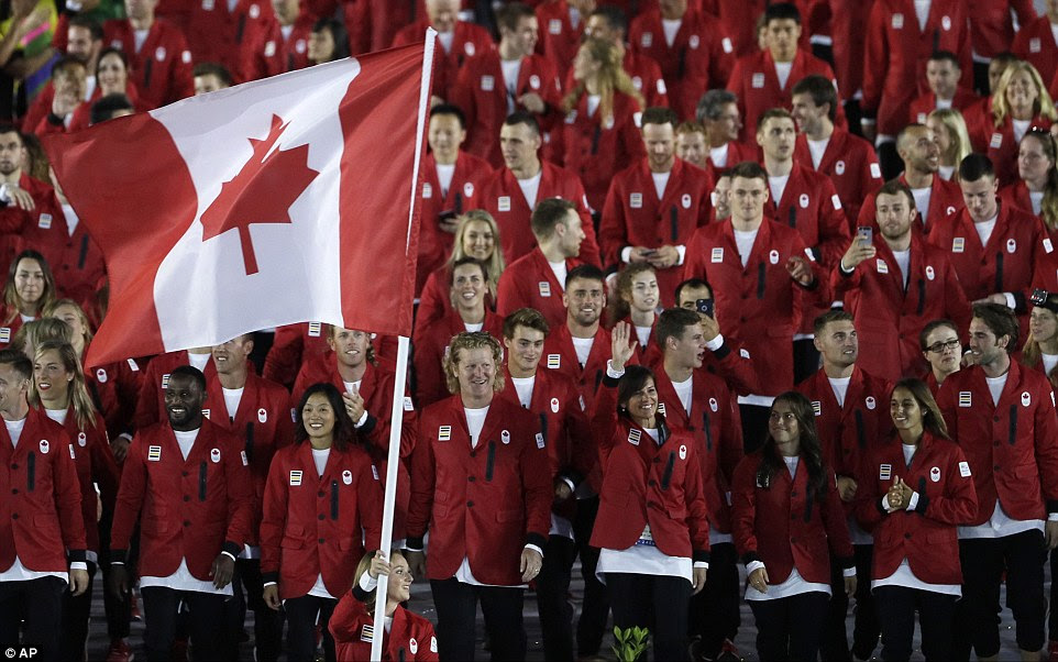 Rosannagh Maclennan carrega a bandeira do Canadá na frente de dezenas de seus compatriotas durante a Cerimônia de Abertura