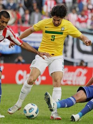 Paulo Da Silva Pato Enrique Vera Brasil x Paraguai (Foto: Reuters)