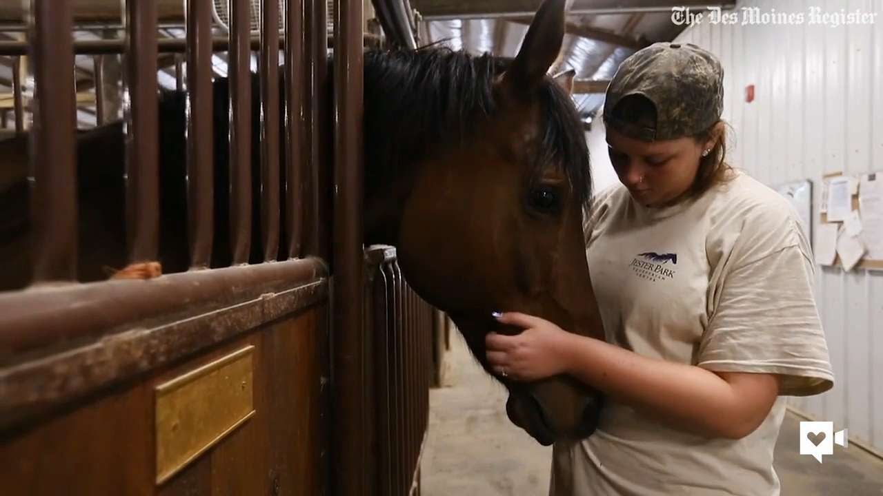 Teen overcomes depression with help of horses