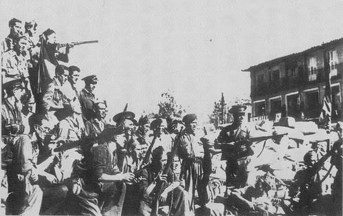 Milicianos en Zocodover en una barricada. Verano de 1936