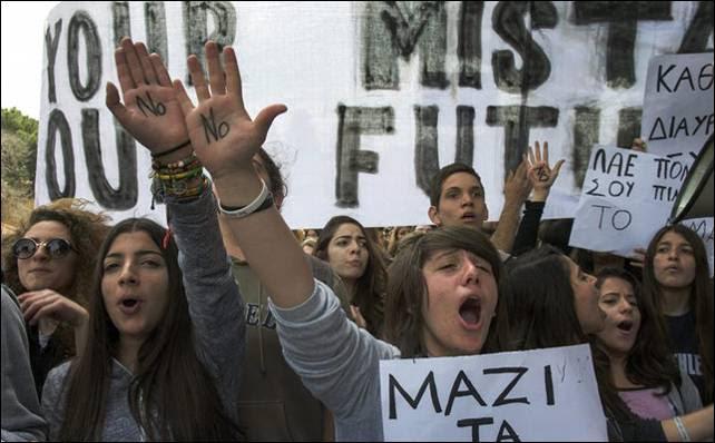 Los estudiantes chipriotas han protestado contra el rescate frente al Parlamento de Nicosia.- EFE