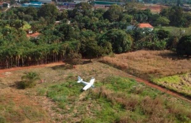 Avião monomotor faz pouso forçado em chácara de Goiânia, Goiás (Foto: Divulgação/Corpo de Bombeiros)