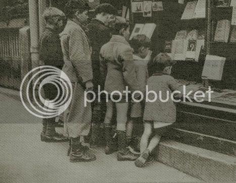 Niños frente a librería