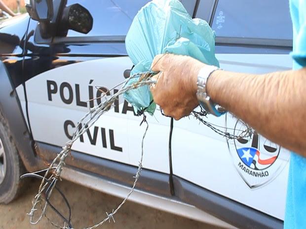 Policial recolhe cerca onde crianças foram mortas em Bacabal (MA) (Foto: Fernando Neres)