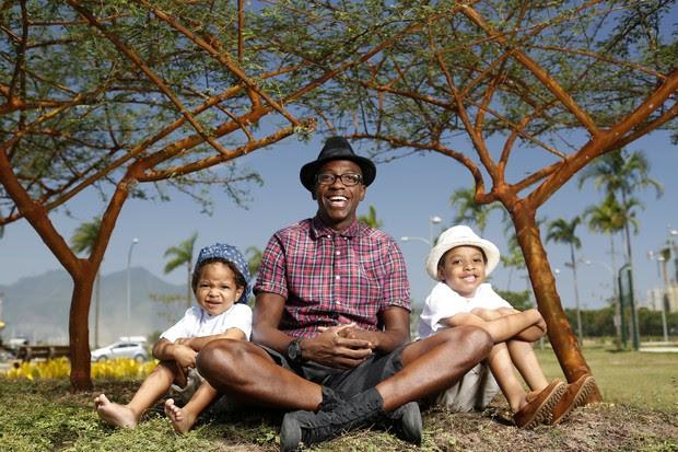 Mumuzinho com os filhos (Foto: Marcos Serra Lima / EGO)
