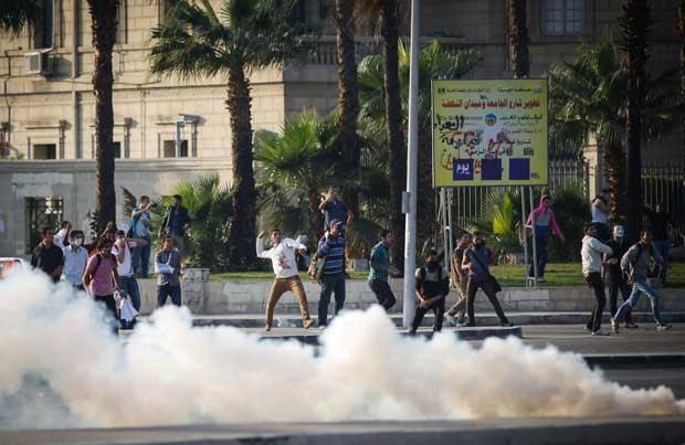 Manifestantes egípcios entram em confronto com as forças de segurança nesta quinta-feira (28) (Foto: Eman Helal/ AP)