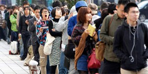 No Japão, fãs passaram o dia na fila pelo iPhone 4S (Foto: Kim Kyung-Hoon/Reuters)