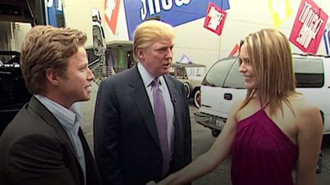 Billy Bush et Donald Trump, accueillis par l'actrice Arianne Zucker à leur sortie de l'autobus d'Access Hollywood.