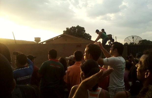 População destrói casa de suspeito de matar menina em Uruana, Goiás (Foto: Patrícia Piassa/TV Anhanguera)