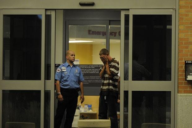 Homem chora em frente a hospital após o tiroteio em cinema de Aurora, no estado americano do Colorado, nesta sexta-feira (20) (Foto: AP)