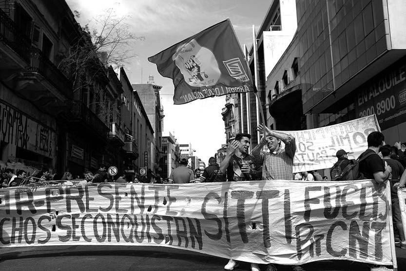 Concentración de los trabajadores de supermercados, ayer, frente a la Dinatra. Foto: Pablo Vignali