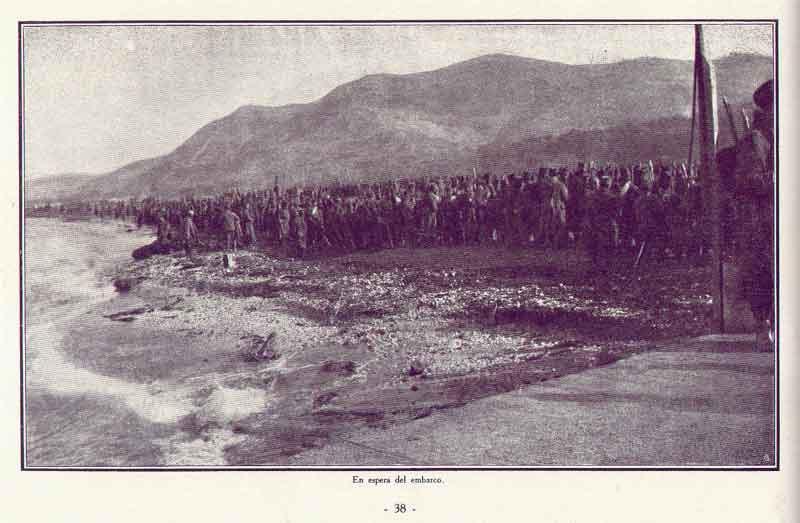 Српски војници ишчекују укрцавање на савезничке бродове на албанској обали.