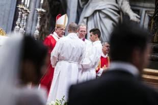 papa bergoglio sposa venti coppie di conviventi a san pietro 9