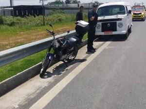 Chinês sem habilitação bateu Kombi e pediu ajuda para amigo que tentou subornar os policiais (Foto: Vanguarda Repórter/Silvio Araujo)