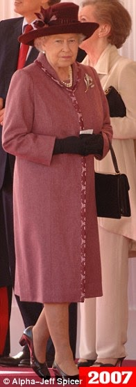 ae211df78a17e الجدير بالذكر أن الملكة ظهرت خلال الأيام القليلة الماضية وهي ترتدي قبعة  بلون البرقوق، والمعطف الوردي وبروش من الماس، حيث شاهدها الجمهور وهي في  طريقها للقاء ...