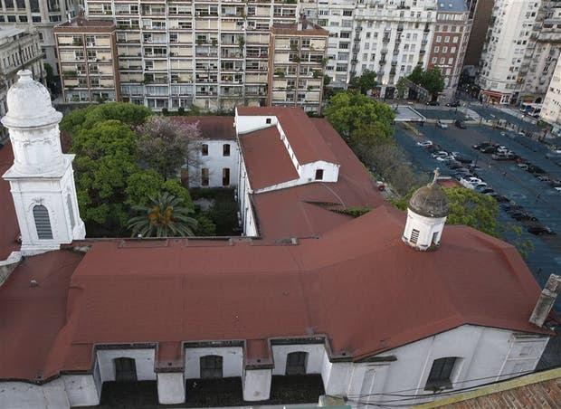 Santa Catalina de Siena, desde la calle Viamonte; al lado, la parcela en la que se iba a edificar una torre