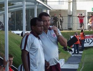 Roberto Fernandes, técnico do América-RN, conversa com o auxiliar Zé do Carmo (Foto: Jocaff Souza/GLOBOESPORTE.COM)